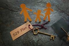 Pappers- familj med guldtangent för 529 plan Royaltyfria Foton