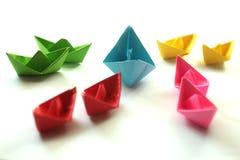 Pappers- fartyg Färgrika pappers- skepp för origami, royaltyfria bilder