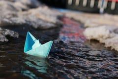 Pappers- fartyg i en pöl Royaltyfri Fotografi