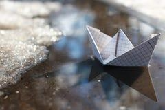 Pappers- fartyg i en pöl Fotografering för Bildbyråer