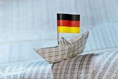 Pappers- fartyg med den tyska flaggan Arkivbilder