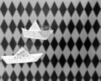 Pappers- fartyg med rutig bakgrund Royaltyfria Bilder