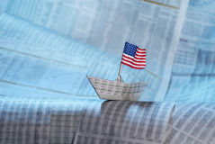 Pappers- fartyg med USA-flaggan Arkivbild