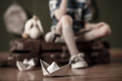 Pappers- fartyg på golvet Arkivfoto