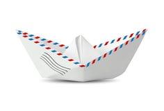 Pappers- fartyg som göras från det isolerade postkuvertet på vit, meddelande Co Royaltyfria Foton
