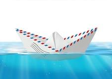 Pappers- fartyg som göras från postkuvertet som svävar på havet, stolpebegrepp Arkivfoton