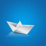 Pappers- fartygsegling på vatten Arkivbild