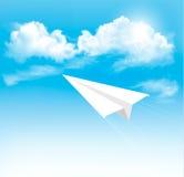 Pappers- flygplan i himlen med moln. Royaltyfri Bild