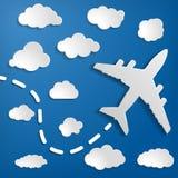 Pappers- flygplan med moln på en bakgrund för blå luft Blå himmel t Royaltyfri Fotografi