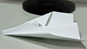 Pappers- flygplan på tabellen arkivbilder
