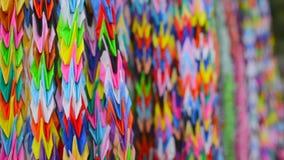 Pappers- hänga för färgrika origamikranar på träd stock video