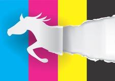 Pappers- häst som river sönder papper med tryckfärger Arkivfoton