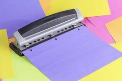 Pappers- hålstansmaskin Arkivfoto