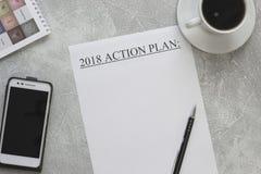 pappers- handlingsplan 2018, mobiltelefon och en kopp kaffe Royaltyfri Fotografi