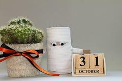 Pappers- hantverk för allhelgonaafton, kubkalender och kaktus på grå bakgrund Royaltyfria Bilder
