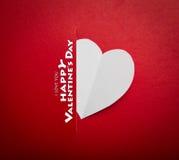 Pappers- hjärta formar symbolet för valentindag Arkivbild