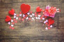 Pappers- hjärta- och gåvaask på rosa träolika format och den röda hjärtavalentindagen för klassiskt trä för vänsignaltappning fotografering för bildbyråer