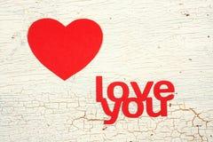 Pappers- hjärta på en träbakgrund Royaltyfria Bilder