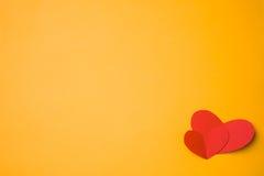 Pappers- hjärta som göras med händer Arkivfoto