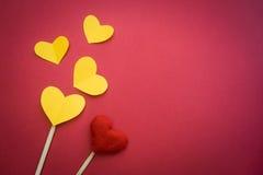 Pappers- hjärta som göras med händer Royaltyfria Foton
