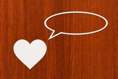 Pappers- hjärta talar eller tänker Abstrakt begreppsmässig bild Royaltyfri Foto