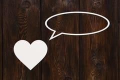 Pappers- hjärta talar eller tänker Abstrakt begreppsmässig bild Arkivfoto