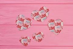 Pappers- hjärtor för baner på träbakgrund Royaltyfri Fotografi
