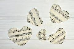 Pappers- hjärtor med musikaliska anmärkningar Royaltyfri Foto