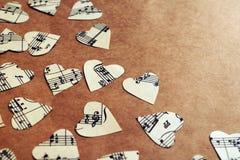 Pappers- hjärtor med musikanmärkningar Royaltyfri Bild