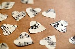 Pappers- hjärtor med musikanmärkningar Royaltyfria Foton