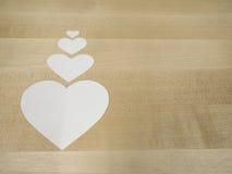 Pappers- hjärtor på trä Royaltyfri Foto
