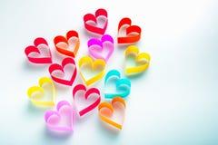 Pappers- hjärtor på vitbakgrund Arkivfoton