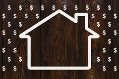 Pappers- hus i regn av dollar, pengarbegrepp Abstrakt begreppsmässig bild Royaltyfri Foto
