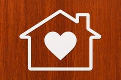 Pappers- hus med hjärta inom Grön Ethernetkabel som formar ett hus Abstrakt begreppsmässig bild Arkivbild