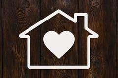 Pappers- hus med hjärta inom Grön Ethernetkabel som formar ett hus Abstrakt begreppsmässig bild Royaltyfri Fotografi
