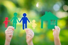 Pappers- hus och familj i hand Arkivbild