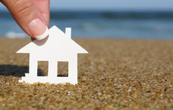 Pappers- hus på stranden Begreppet av intecknar Royaltyfri Fotografi