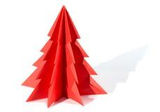 Pappers- julgran, origami som isoleras på vit bakgrund Arkivfoto