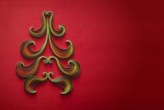 Pappers- julgran på röd bakgrund med stället för text Fotografering för Bildbyråer