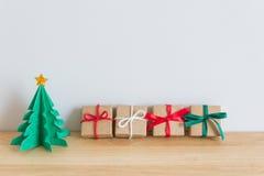 Pappers- julträd med gåva Royaltyfri Bild