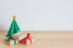 Pappers- julträd med gåvor Arkivfoton