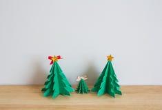 Pappers- julträd på den wood tabellen Royaltyfri Foto