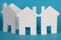 Pappers- kedja av hus arkivfoto