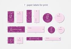 Pappers- klädetiketter för vektor för tryck med modellrosor och lila bakgrund Arkivfoton