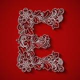 Pappers- klipp, vit bokstav E Röd bakgrund Blom- prydnad, traditionell stil för balinese Royaltyfri Foto