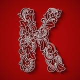 Pappers- klipp, vit bokstav K Röd bakgrund Blom- prydnad, traditionell stil för balinese Fotografering för Bildbyråer