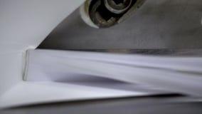 Pappers- klippprocess, närbild, skärare för att klippa den pappers- giljotin Videoen för ultrarapid 250FPS innehåller oväsen och