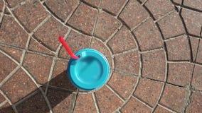 Pappers- kopp med det blåa förseglingslocket och rött sugrör lager videofilmer