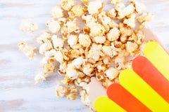 Pappers- kopp med popcorn Arkivfoto