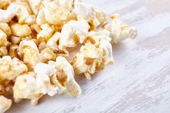 Pappers- kopp med popcorn Arkivbild